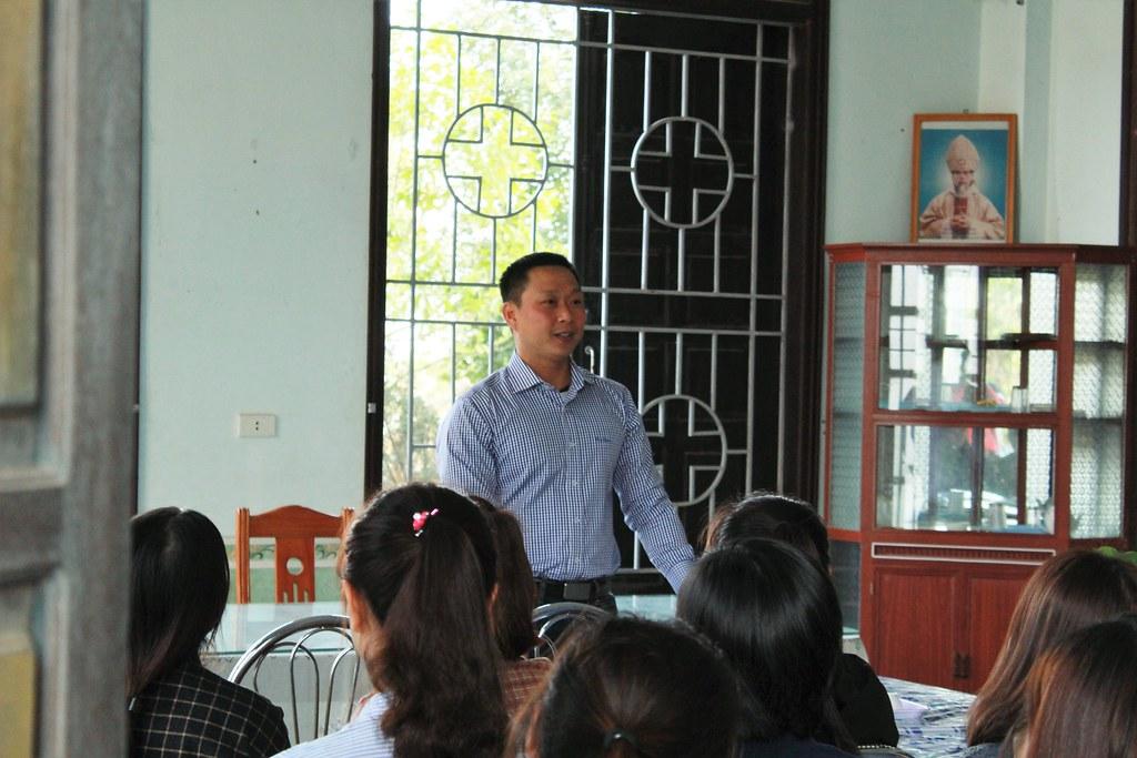 Cha Gioan Maria Minh Tâm tham vấn, giúp sinh viên có thêm kiến thức trong giờ thảo luận.