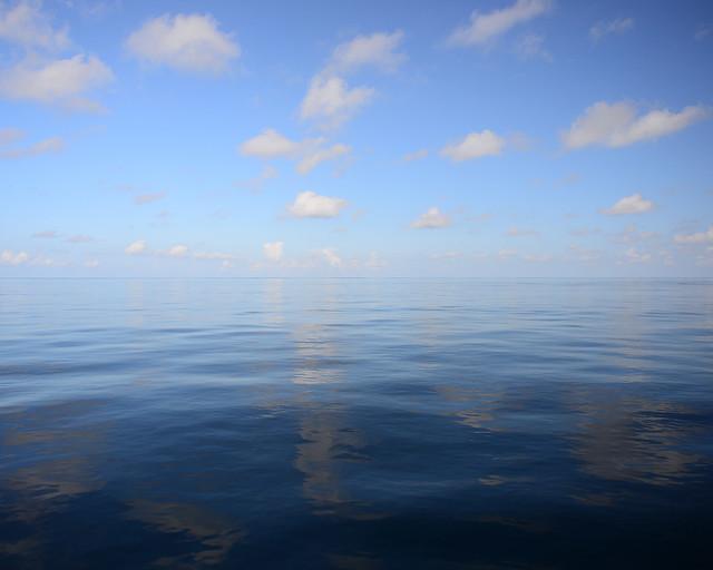Mar en calma dentro de un atolón de Maldivas