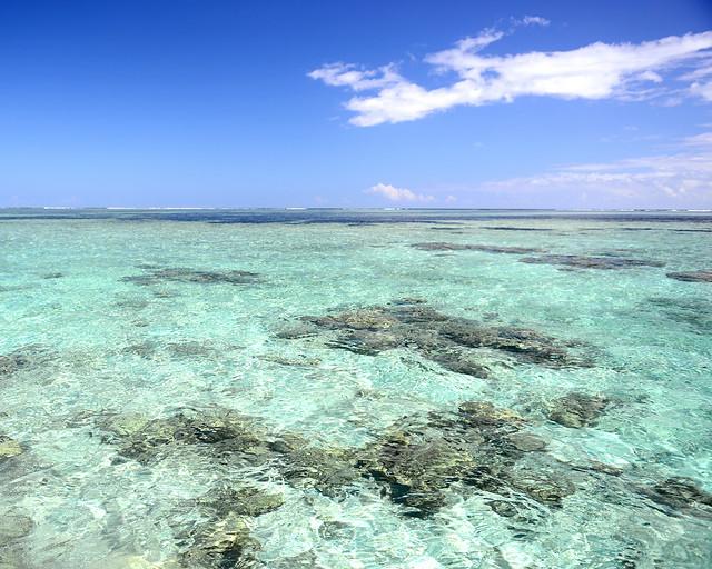 Preciosas aguas coralinas con la barrera de arrecifes al fondo