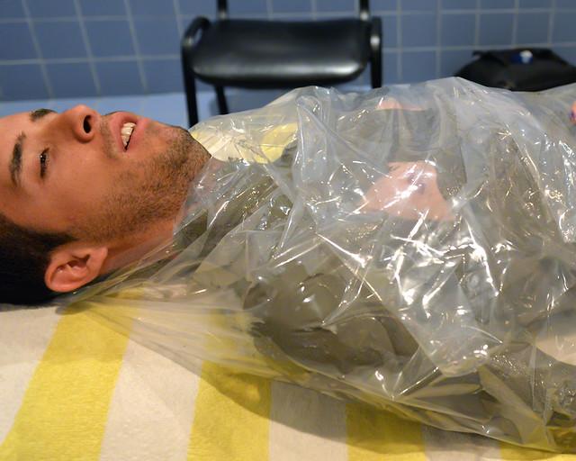 Envuelto en plástico en un tratamiento de barros del Mar Muerto