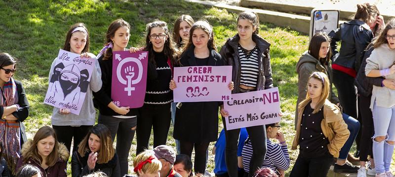 La foto muestra un grupo de jóvenes con pancartas reivindicativas