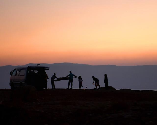 Contraluces de una familia en el Mar Muerto