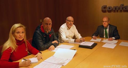 Imagen de la firma del convenio colectivo de oficinas y de for Convenios colectivos oficinas y despachos