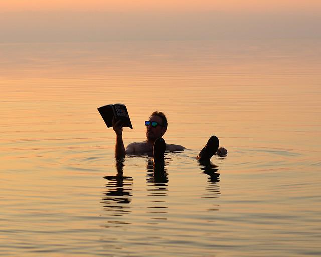 Leyendo un libro en el Mar Muerto