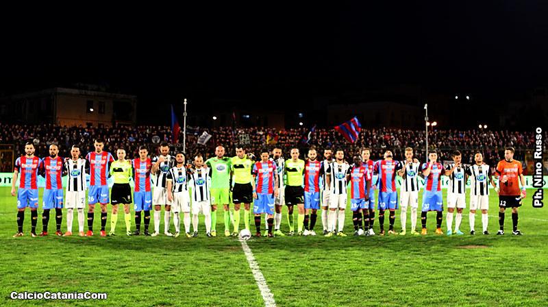 Le squadre durante il minuto di silenzio dedicato ad Astori.