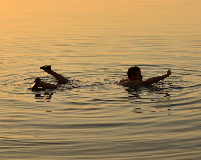 Haciendo el Super Man en el Mar Muerto