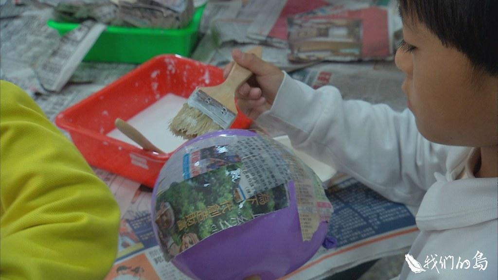 945-3-16嘉義縣內埔國小邀請藝術家來幫忙,運來木頭、報紙等材料,帶著學生製作環保燈籠。