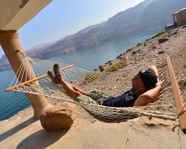 Manolito tumbado en una hamaca junto al Mar Muerto