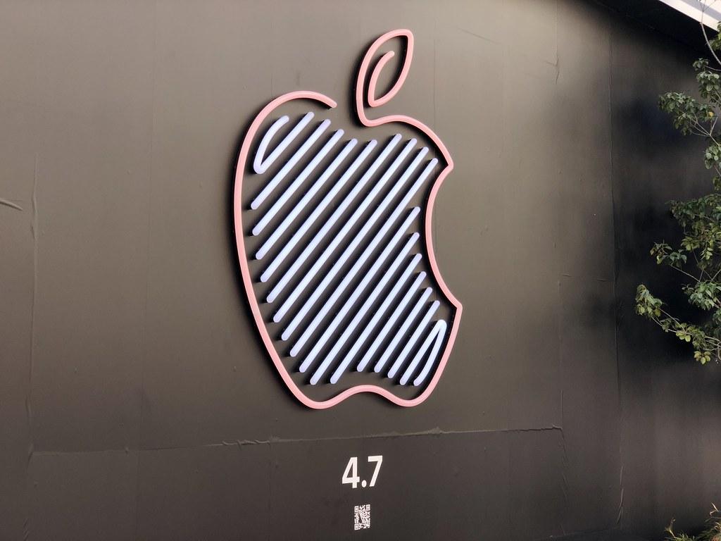 Apple新宿のネオンロゴ