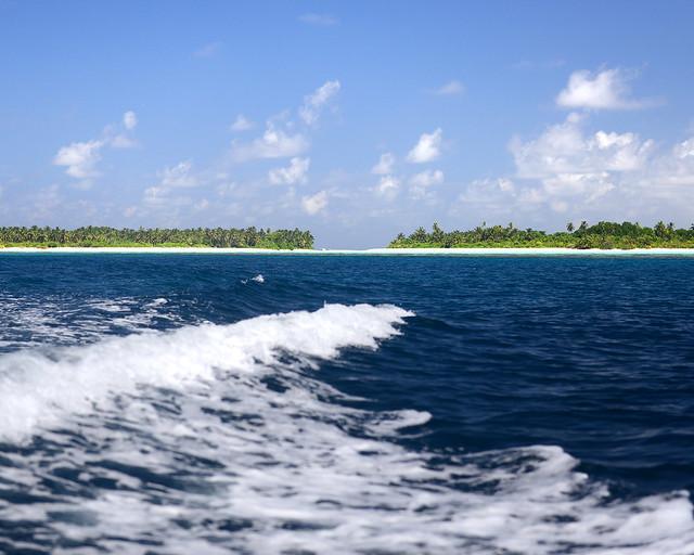 Oleaje provocado por la barca mientras viajábamos por las islas vírgenes de Maldivas