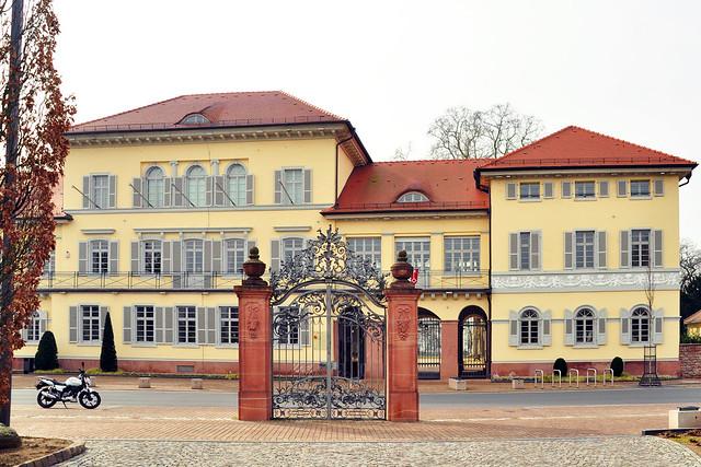 Das ehemals Graf-von-Oberndorff'sche Schloss in Neckarhausen ... Foto: Brigitte Stolle