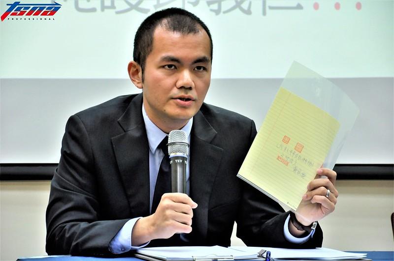 足協秘書長陳威任拿出相關證據。(張哲郢/攝)