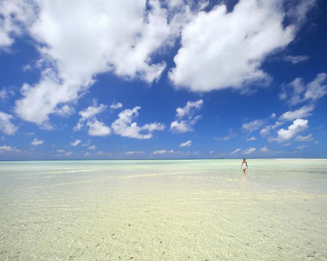 Caminando sobre aguas paradisíacas en Maldivas