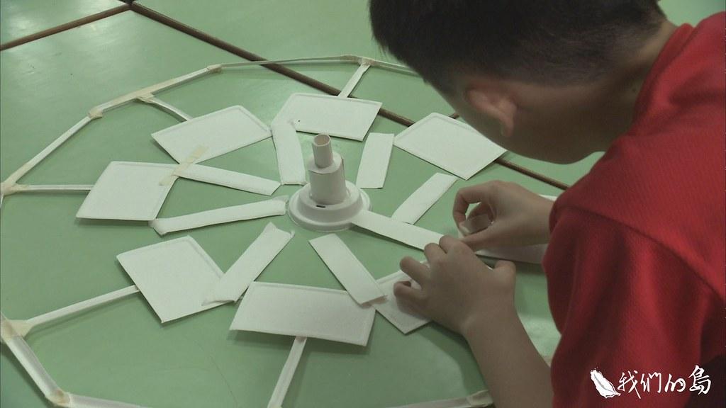 945-3-65為了推廣環保天燈,邵璦婷來到十分國小,讓學生動手做環保天燈。