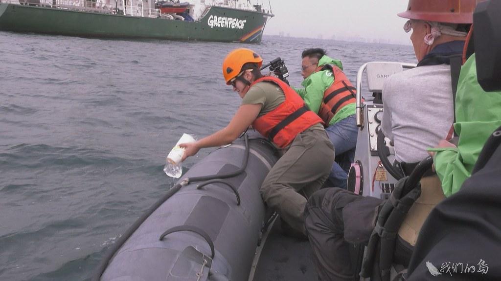 944-1-52017年12月彩虹勇士號來到台灣,和在地團隊合作,希望瞭解高屏海域,受到微塑膠污染情況。