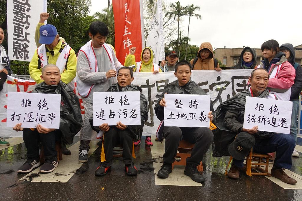 大觀社區居民今日上午在行政院前落髮,宣示捍衛家園決心。(攝影:張智琦)