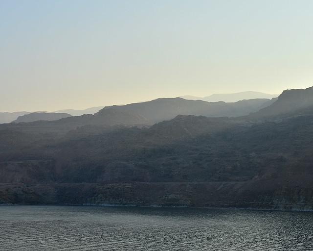 Montañas de la reserva de Dana, en el Mar Muerto, al amanecer con rayos de luz