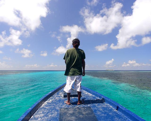 Abdulla, en la proa de la barca recorriendo con nosotros las playas vírgenes de Maldivas