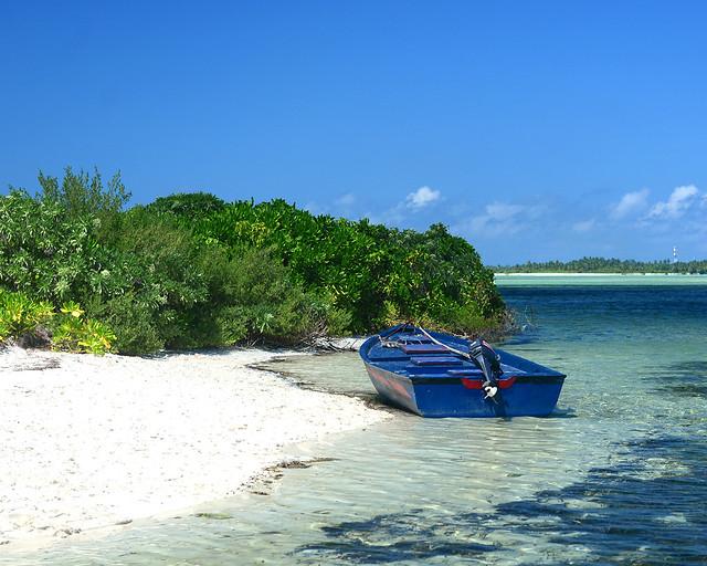Nuestra barca en una orilla de una playa virgen de Maldivas