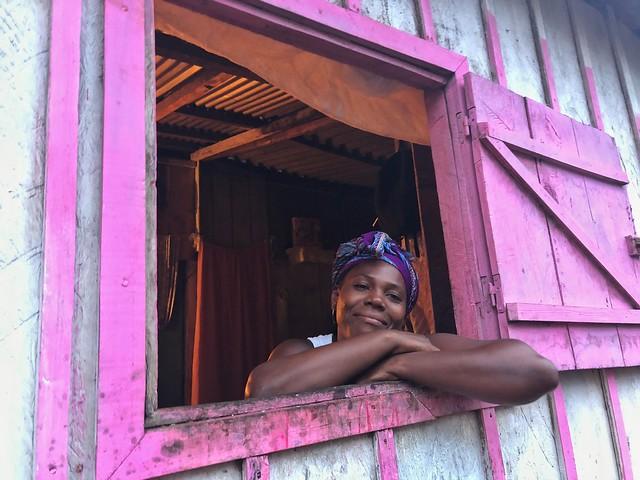 Mujer asomada a una ventana en Rolas (Santo Tomé y Príncipe)