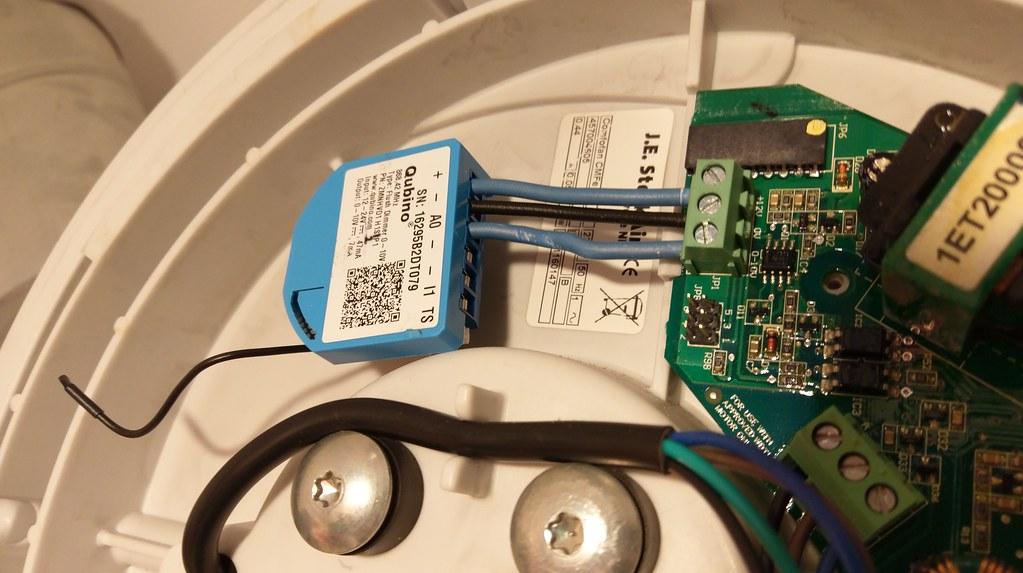 Qubino 0-10V Flush Dimmer inside Stork CMFe