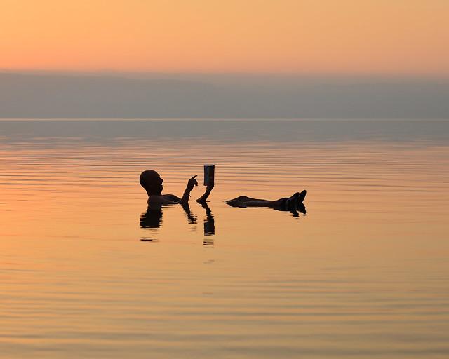 La Lonely Planet de Jordania flotando en el Mar Muerto