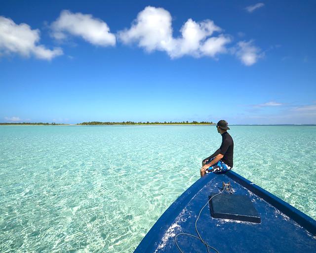 Diario de un Mentiroso en una barca por una piscina natural en Maldivas