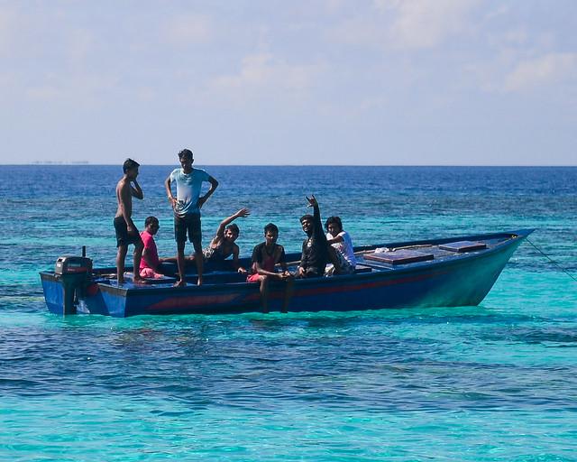 Pescadores de Maldivas saludándonos desde su barco