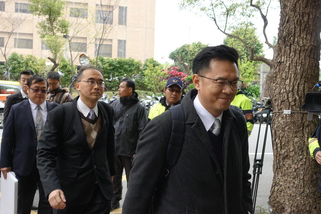 安定力量秘書長游信義(右一)進入聽證會場。(攝影:張智琦)