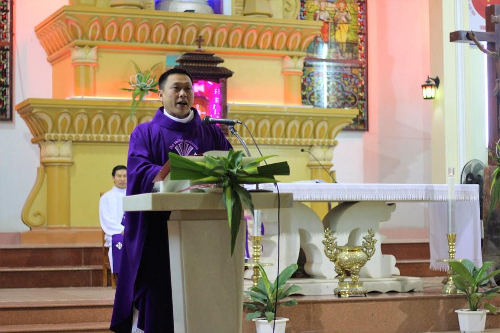 Cha Gioan Maria Minh Tâm chia sẻ trong Thánh lễ.