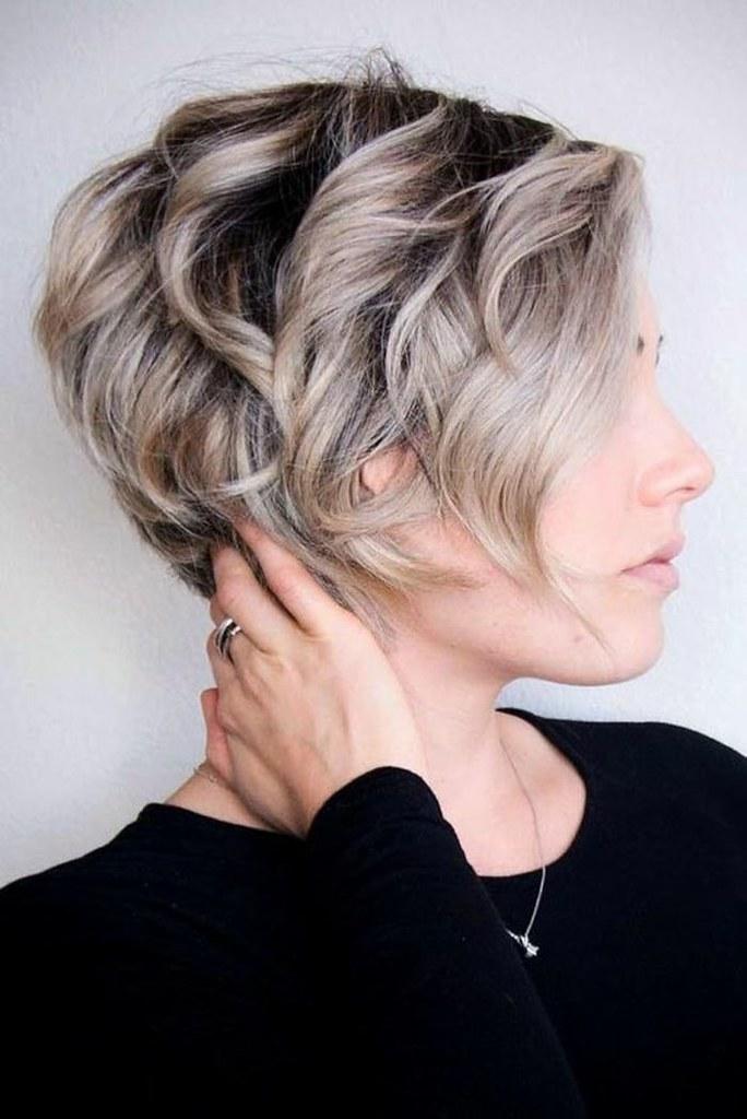 Idée Coiffure : coupe courte femme, racines noires et mèch… | Flickr