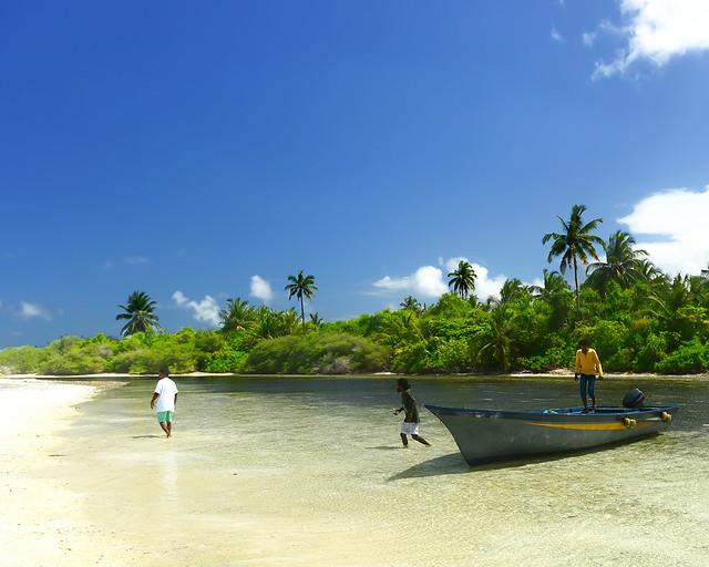 Bajando de la barca en una isla virgen de Maldivas