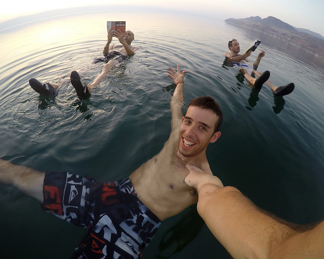 Fotografía en el Mar Muerto flotando