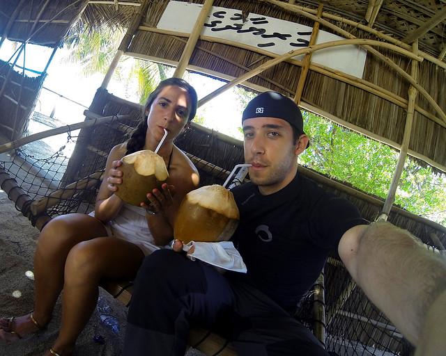 Bebiendo coco fresco en un chiringuito de Maldivas