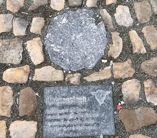 Marca en el suelo de la Gran Plaza de Lier que indica que allí se quemaba a brujas y herejes.