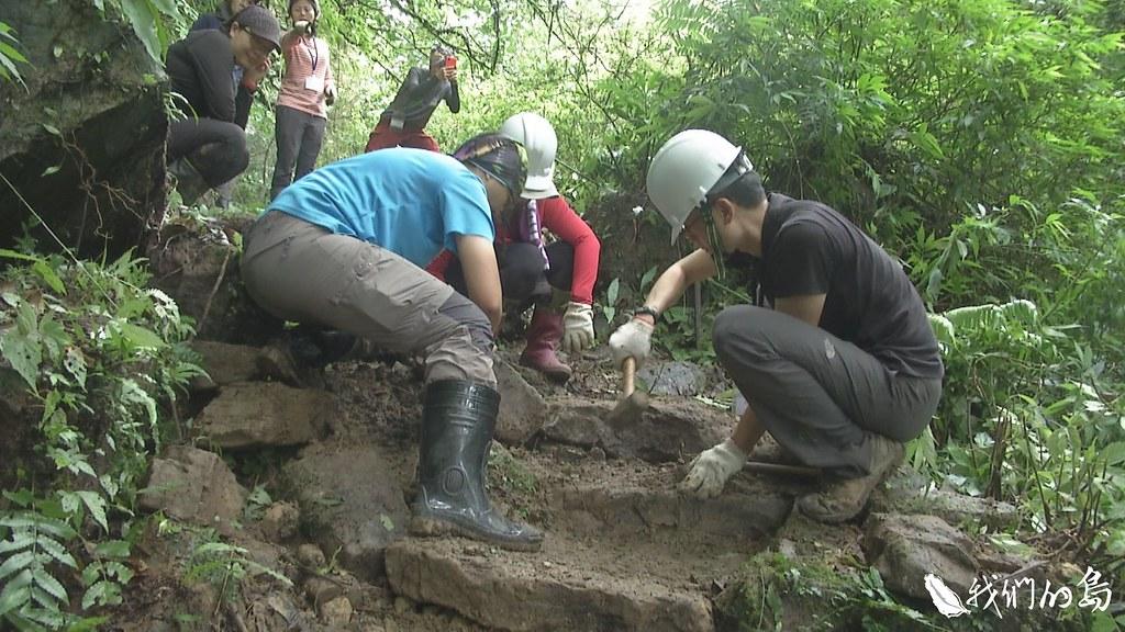 全長七公里的崩山坑古道,以手作方式修整,就地取材,打造做了又像沒做的自然步道。