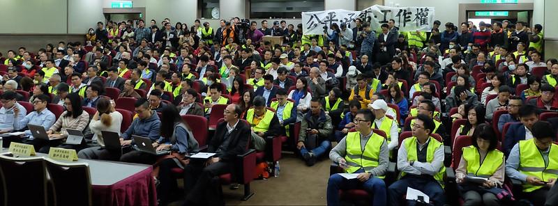 太陽光電勞工穿著黃背心塞爆躉購費率聽證會現場,希望政府關心勞工權益。攝影:陳文姿