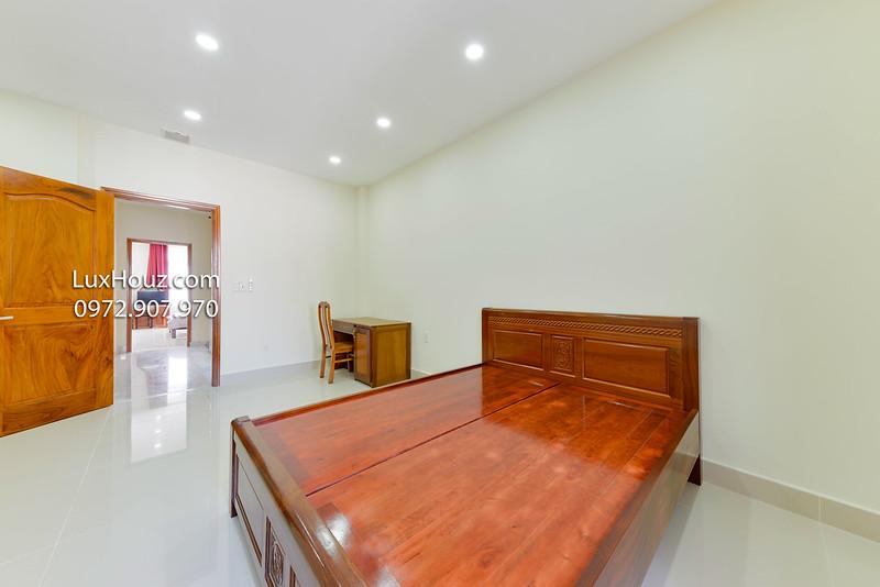 phòng có giường tủ bàn ghế, thông thoáng và rộng