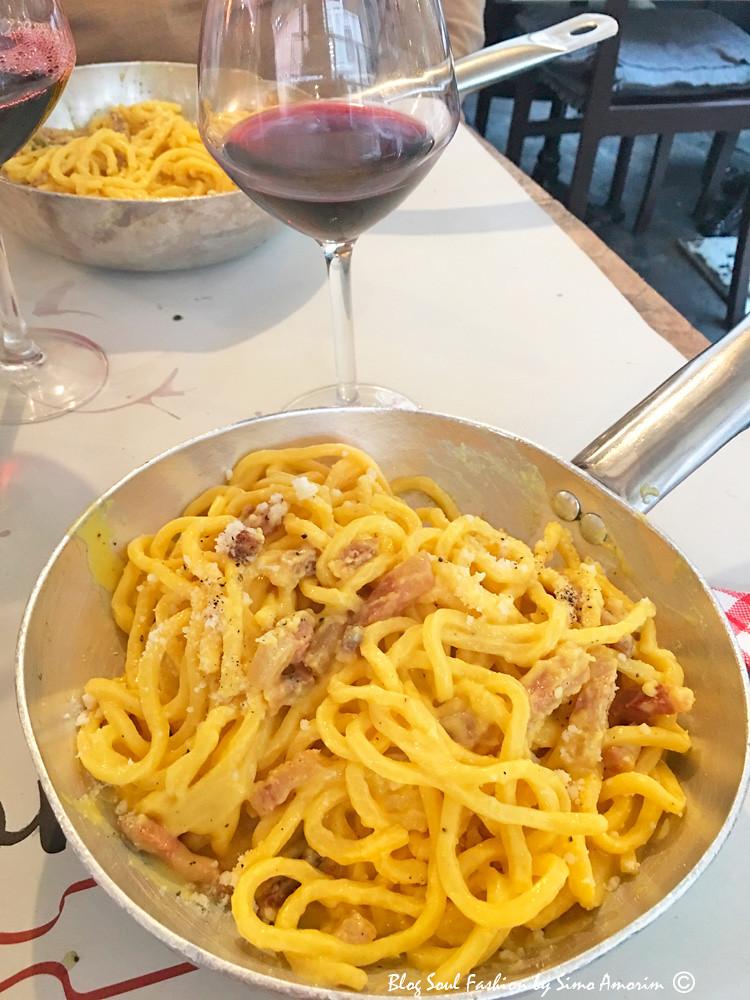 E dali bem perto, sempre no bairro de Trastevere, degustamos uma deliciosa pasta carbonara na locanda Tonarello