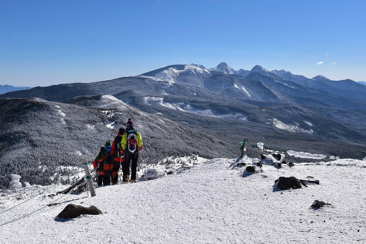冬の北横岳 登山者と南八ヶ岳