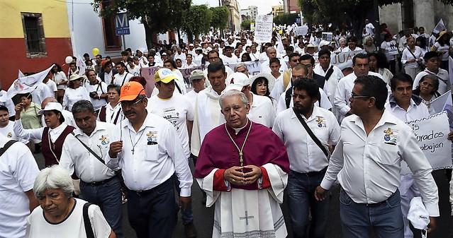 *La prohibición de ingresar a los reclusorios, en respuesta a la inconformidad   de Graco por las denuncias de violencia y corrupción del obispo de Cuernavaca.