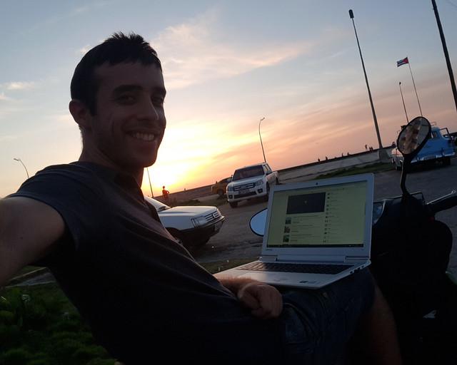 Trabajando junto al Malecón en Cuba