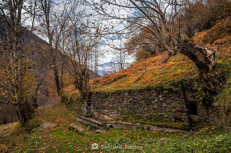 Fuente con abrevadero en la Val de Toran