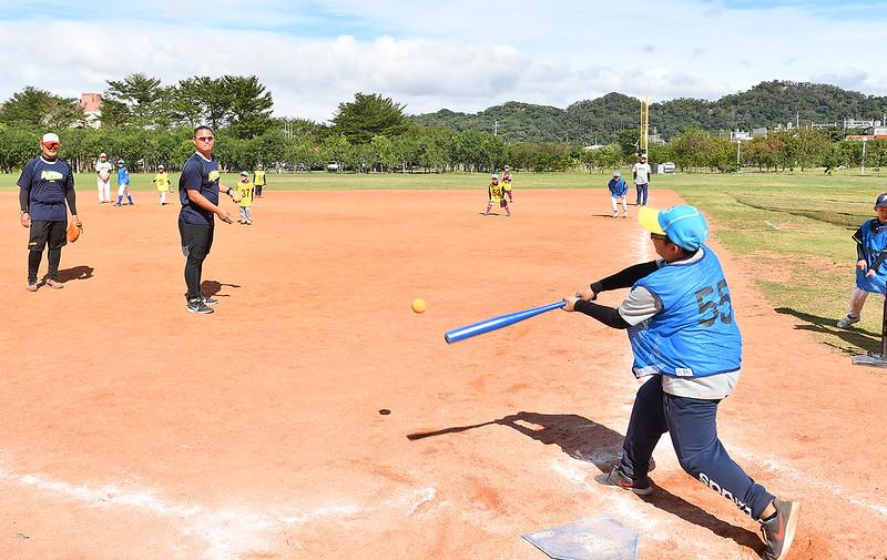 胡智為當起小朋友餵球投手。(主辦單位提供)