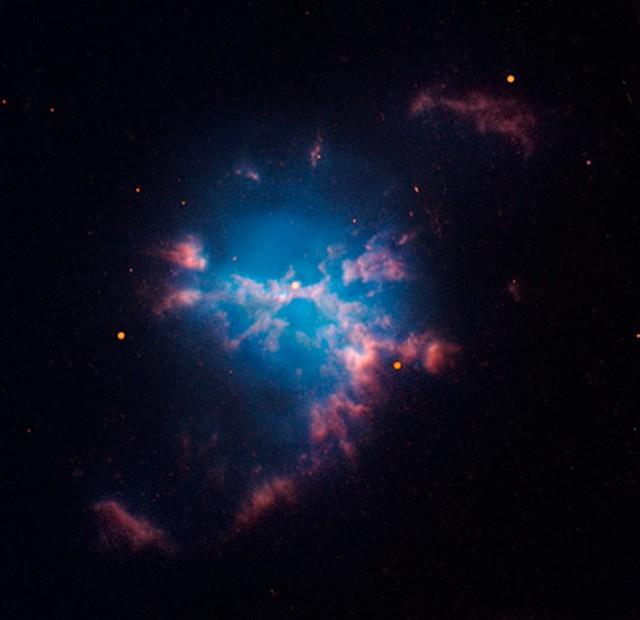 VCSE - Az M3-1 planetáris köd a Hubble Űrtávcső (HST) felvételén. Ez a planetáris köd kb. 14 ezer fényévre van tőlünk, a Nagykutya (Canis Maior) csillagképben látszik. ESO 427-30 vagy PK 242-11 1 neveken is ismert. Az M-jelölés a nevében Rudolph Minkowski német-amerikai (1895-1976) 1948-ban publikált harmadik ködkatalógusára utal, az M3-1 ebben az első objektum. Minkowski abban a cikkében még 1900-as epochára adta meg a koordinátákat - e 12-13 mg-s ködösség felkereséséhez a koordinátákat 2000-re vagy a megfigyelés dátumára kell precesszálni. - HST