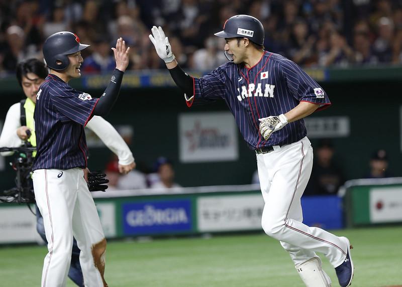 (圖左)源田壯亮擊出致勝清壘安打,為日本隊迎來第5勝。(達志影像資料照)