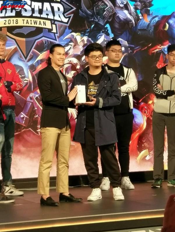 台灣《爐石戰記》選手tom60229(右)。(張哲郢/攝)