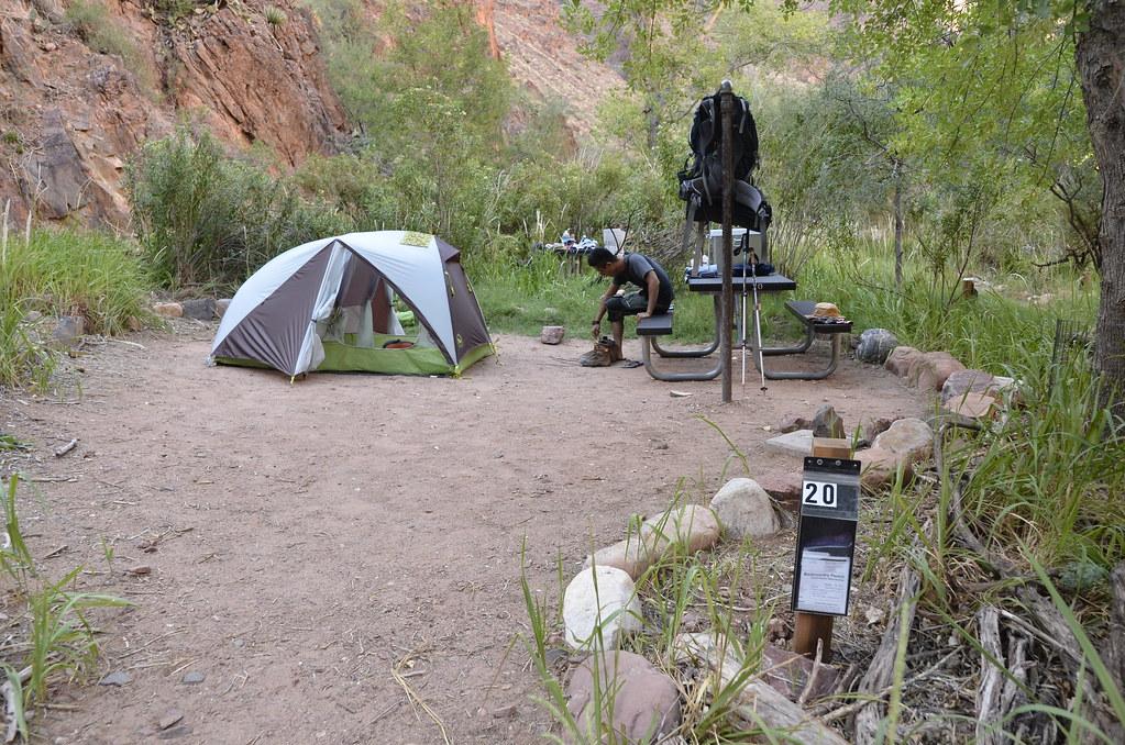 在「後山步道」要攜帶健行許可證,抵達營地後把許可證放在營位號碼牌下,供巡守員檢視;食物一律放進金屬箱裡,背包也要一直掛在比人還高的鐵桿上。