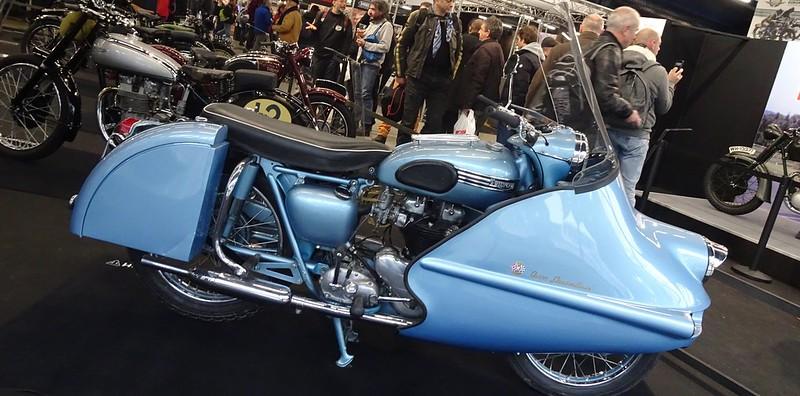 Triumph 650 Thunderbird  1955 en accessoires d'époque 46048442711_bff50ebe81_c
