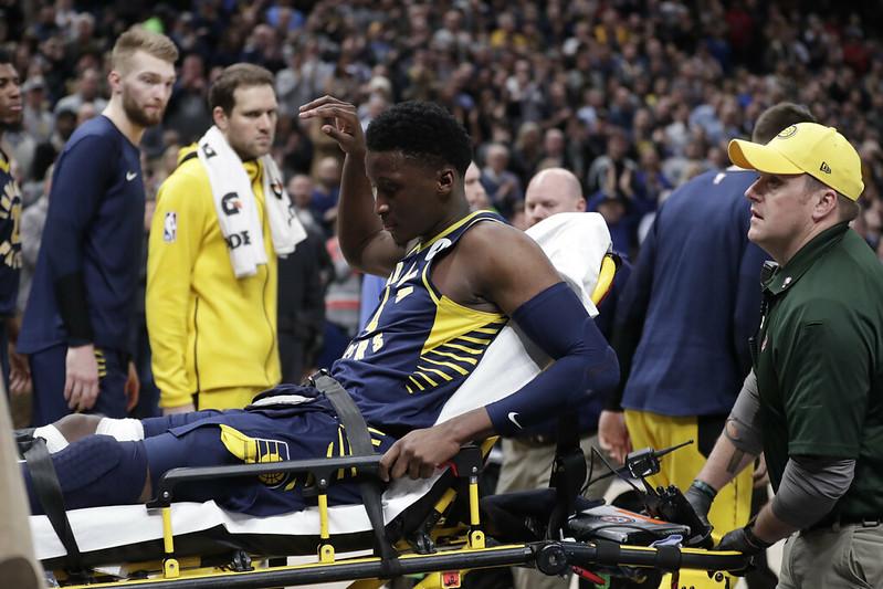 Victor Oladipo右膝蓋受傷後被送離球場。(達志影像)